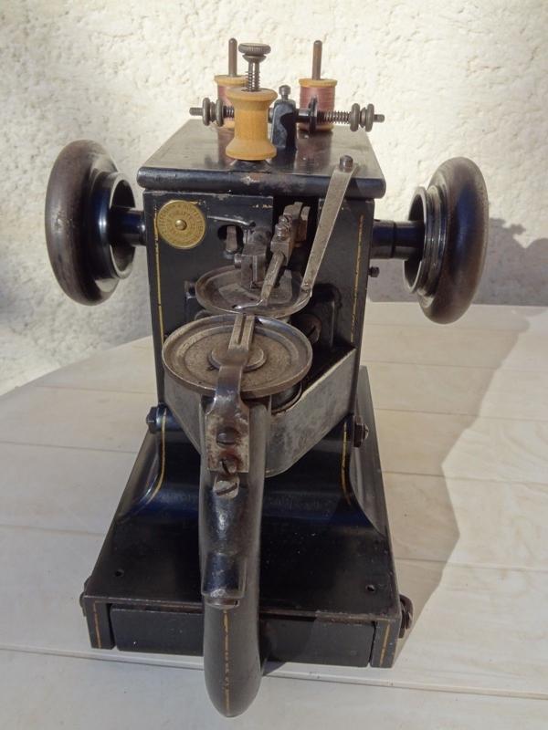 ancienne machine à coudre surjeteuse ancien outil